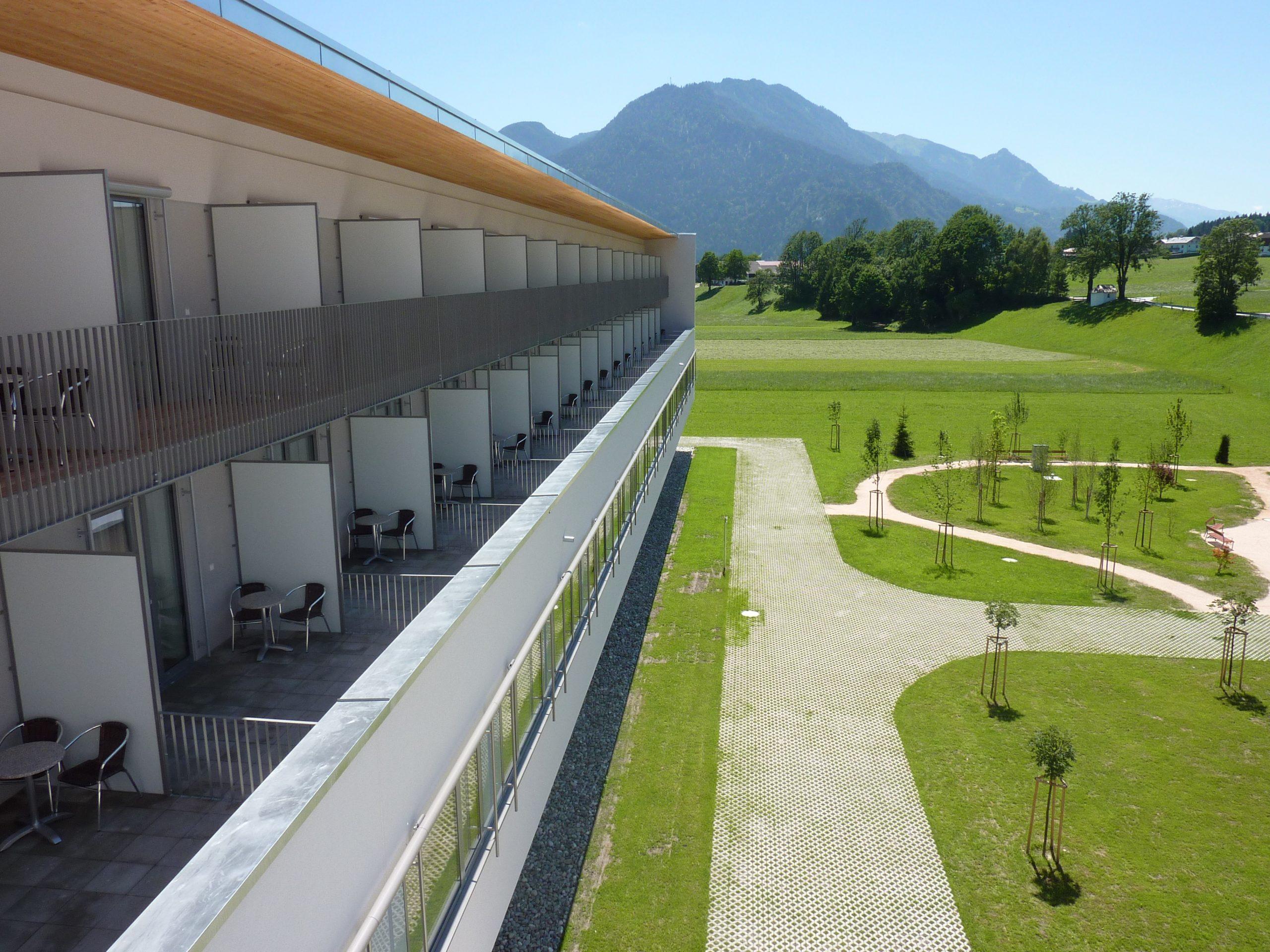 Rehazentrum Münster Tirol Außenansicht mit Parkblick